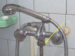 Вариант подключения воды для стиральной машины при помощи душа.