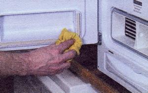 Рис. 10 Протрите уплотнение дверцы