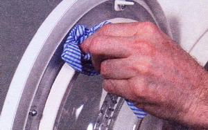Рис. 14 Влажной тканью очистите уплотнение дверцы
