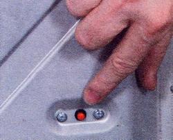 Рис. 19 После срабатывания тепловой защиты из-за засорения  фильтра необходимо нажать кнопку «сброс»