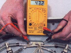 Рис. 33 Специалист может тестером проверить нагревательный элемент