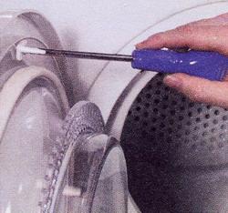 Рис. 44 Приверните новый шток выключателя дверцы